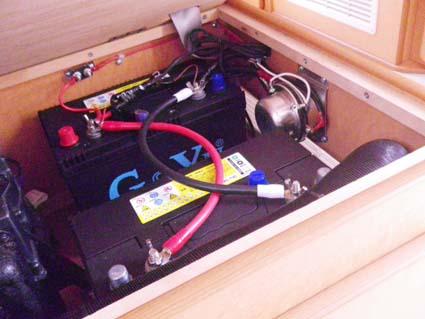 【ハイエース電装】200系ハイエースをベースとしたキャンピングカーにソーラーパネルやインバーターを取り付け-ディープサイクルバッテリー