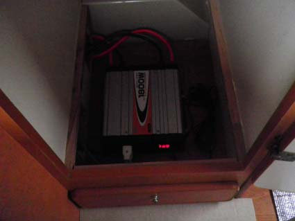 【ハイエース電装】200系ハイエースをベースとしたキャンピングカーにソーラーパネルやインバーターを取り付け−インバーター