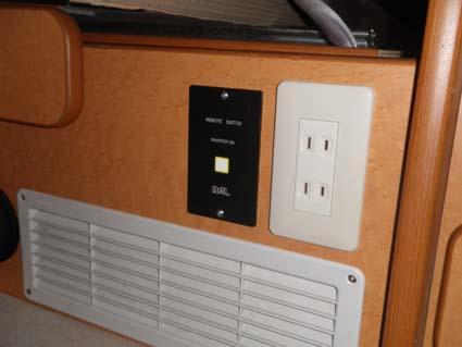 【ハイエース電装】200系ハイエースをベースとしたキャンピングカーにソーラーパネルやインバーター等の電装品を取り付け-コンセント・スイッチ類